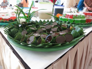 Sort of toffe flavoured jelly wrapped in banana leaf.
